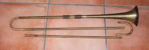 Gebogene Rohre und Becher einer Trompete
